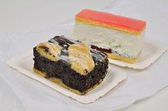 Poppy Cake con la tarta poner crema en la placa de papel foto de archivo