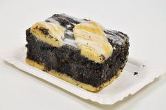 Poppy Cake en la placa de papel fotografía de archivo