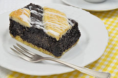 Poppy Cake na placa branca imagens de stock