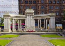 Poppy Wreaths al cenotafio al comune del ` s di Belfast subito dopo la commemorazione della battaglia di Passchendaele in Francia Immagine Stock