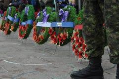 Poppy Wreaths på foten av den kanadensiska soldaten Fotografering för Bildbyråer