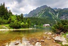 Popradske pleso - Slovakien berglandskap på sommar arkivfoton