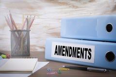 poprawki Biurowy segregator na Drewnianym biurku obraz stock