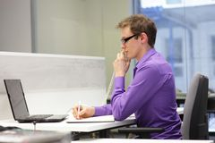 Poprawna siedząca pozycja - biurowa praca Zdjęcia Stock
