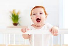 Poprtait της χαριτωμένης στάσης μωρών νηπίων σε μια κούνια στο σπίτι Στοκ Εικόνες