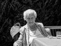 Poprtrait της γηραιής κομψής κυρίας στοκ φωτογραφίες