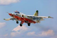 Poprzedni niebo husarów aerobatics drużynowy Sukhoi Su-25SM biorą daleko przy Kubinka bazą lotniczą Fotografia Stock