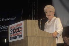 Poprzedni Teksas gubernatora Ann Richards adresy tłoczą się przy 2000 Demokratycznymi konwencjami przy Staples Center, Los Angele Zdjęcie Stock