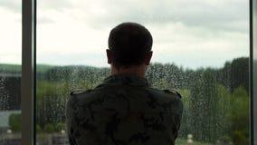 Poprzedni wojskowy stoi bezczynnie okno, ja pada zdjęcie wideo