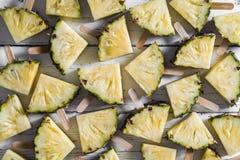 Popsicles куска ананаса на белой деревенской деревянной предпосылке, шипучке Стоковые Изображения