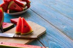 Popsicles куска арбуза на голубой деревенской деревянной предпосылке Стоковое Изображение RF