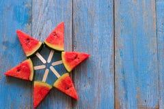 Popsicles куска арбуза на голубой деревенской деревянной предпосылке Стоковые Изображения RF