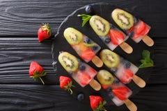 Popsicles плодоовощ ягоды морозят от свежих клубник, кивиа и сини Стоковое Фото