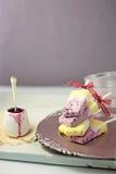 Popsicles greci della crema di gelato alla vaniglia del mirtillo e del yogurt Fotografia Stock