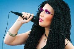 Popstjärna som sjunger songen Royaltyfria Foton