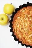 Populär amerikansk äppelpaj med äpplen På white Syrliga hemlagade klassiska Friut kopiera avstånd arkivfoton