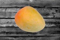 Populär frukt, mogen orange röd mango R2E2 royaltyfri fotografi