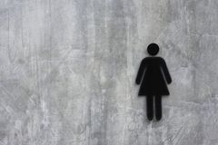 Populär härlig modell för murbrukväggvinden brett med modellen av sprickor och tecken en bild av en kvinna i svart arkivbild
