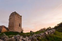 Populär plats för turist- dragning: Fördärvar av en medeltida tornslott av XII århundradet royaltyfria bilder