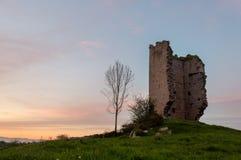 Populär plats för turist- dragning: Fördärvar av en medeltida tornslott av XII århundradet grensle spain arkivfoton