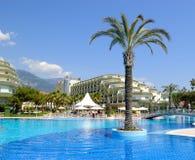 populär simning för hotellpöl royaltyfri foto
