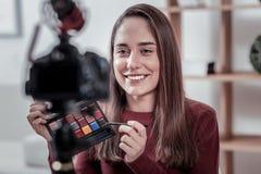 Populär video blogger som annonserar nytt skönhetsmedelmärke royaltyfria foton