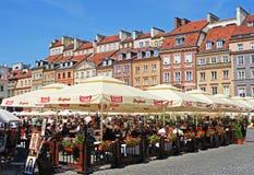 Populära Al Fresco Dining under sommar Tid på den gamla staden Market Place för Warszawa Royaltyfria Bilder