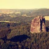 Populära klättrare tillgriper i Sachsen parkerar, Tyskland Skarpa sandstenklippor ovanför den djupa dalen Arkivbilder