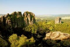 Populära klättrare tillgriper i Sachsen parkerar, Tyskland Skarpa sandstenklippor ovanför den djupa dalen Royaltyfri Foto