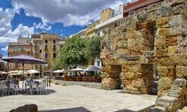 Populära restauranger som finns till samtidigt med forntida, fördärvar i det Tarragona centret royaltyfri fotografi