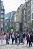 Populäre Einkaufsstraße in der Mitte von Leipzig stockfotografie