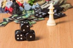 Populäre Gegenstände für Brettspiele und eine kleine Pyramide von dunklen Würfeln Stockfoto