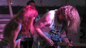 Populäre Gitarren-Musik am Festival im Freien im Juni stock footage
