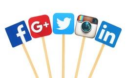 Populäre Social Media-Logozeichen gedruckt auf dem Papier, geschnitten und auf hölzernem Stock Stockfotos