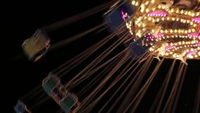 Populäre Stuhl-Schwingen-Fahrten im Vergnügungspark karussell geschlungen stock video