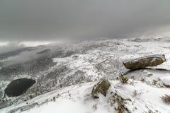 Populäre Touristenattraktion in der Winterzeit der hängende Felsen, West-Sayan-Berge, Naturpark Ergaki, Sibirien stockfoto
