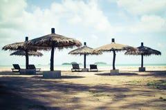Populärer Entspannungsbereich der Strandschirmweinlese entlang dem Strand Stockbilder