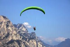 Populäres Gleitschirmfliegen über einem See, Lago di Garda, Italien Lizenzfreies Stockfoto