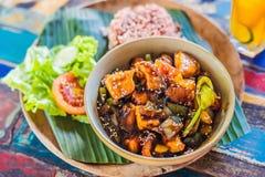 Populärt Balinesemål av ris med variation av sidodisk som tjänas som samman med risen och mer som valfria extrahjälper arkivbilder