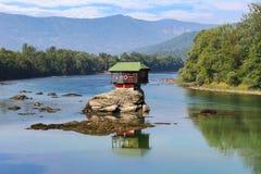 Populärt unikt Drina hus på vagga i mitt av floden arkivfoton