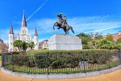 Populair Jackson Square met Andrew Jackson-standbeeld en Heilige Louis Cathedral in het Franse Kwart stock foto's