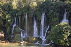 Populair met toeristen Kravica-is de waterval een grote tufa cascade op TrebiÅ ¾ bij Rivier, binnen in karstic heartland van Herz royalty-vrije stock foto