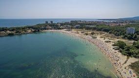 Populair strand in de Zwarte Zee van hierboven Royalty-vrije Stock Afbeelding