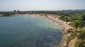 Populair strand in de Zwarte Zee van hierboven Stock Fotografie