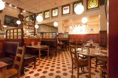 Populair Zweeds restaurant Kvarnen, bar met uitstekend meubilair en drinkende bezoeker Stock Foto