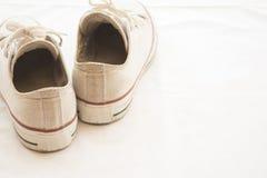 Populaire blanc de chaussures d'espadrilles sur le blanc de fond Image stock