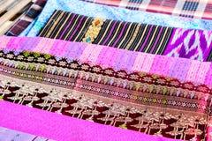 Populaire het patroonachtergrond van batiksarongen in traditioneel Thailand, stock afbeelding