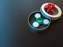 Populaire kleurrijk friemelt spinnerstuk speelgoed in een giftdoos op een zwarte achtergrond Royalty-vrije Stock Foto