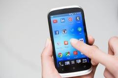 Populaire sociale media pictogrammen op het scherm van het smartphoneapparaat Stock Foto's
