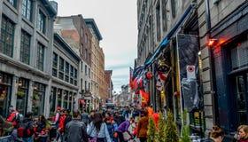 Populaire St Paul straat in de Oude Haven De mensen kunnen rond worden gezien Stock Afbeeldingen